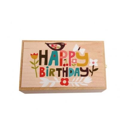 Boîte à musique en bois avec tiroir. Dans le tiroir se trouve un gâteau d'anniversaire en miniature