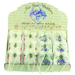 Présentoir « noces » comprenant petits sacs boîtes à musique.