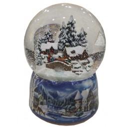 Boule de neige en porcelaine avec une scène de forêt et maisons enneigées