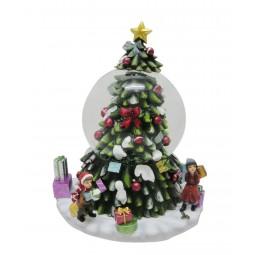 Sapin de Noël avec boule de neige au milieu