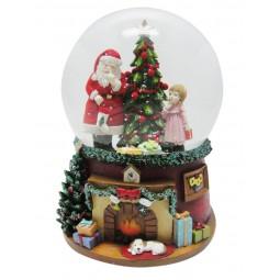Boule de neige Père Noël avec fillette près du grand sapin